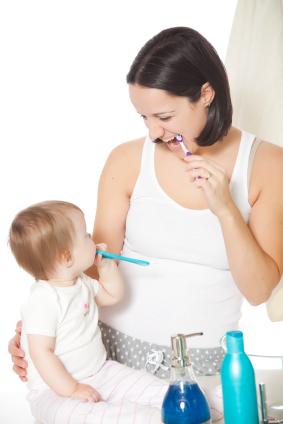 quand et comment commencer le brossage des dents de lait. Black Bedroom Furniture Sets. Home Design Ideas