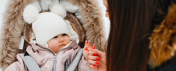 Bébé bien habillé pour l'hiver