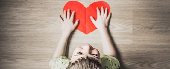 Enfant amoureux avec un cœur en papier
