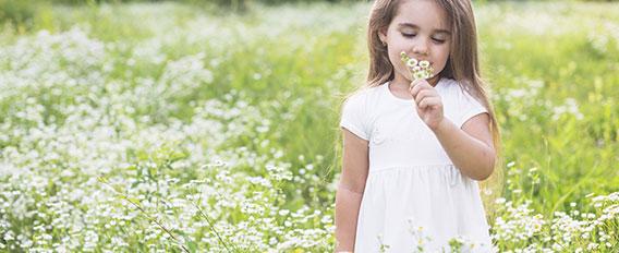 Petite fille dans un champ de fleurs