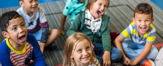 rentrée école maternelle - enfants assis